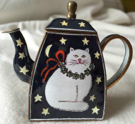 Kelvin Chen Style – Enamel Copper Cloisonne Tea Pot – White Christmas Cat w/ Stars