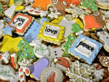 9.) – Christmas Cookies – Everyone loves colorful Christmas cookies! (550 pieces and measures 24? x 18?)